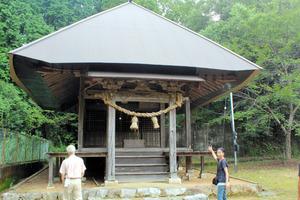 演奏会の舞台となる「水神社」と木村さん(右)=山口県美祢市秋芳町別府