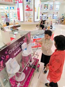 化粧品会社エイボン・プロダクツの店舗。企業再生ファンドのキーストーン・パートナースが1月に買収し、7月には新ブランド「シェラボン」を立ち上げた。マイナス金利政策で運用難に悩む機関投資家のお金が、こうしたファンドに流れ込んでいるという=東京都新宿区
