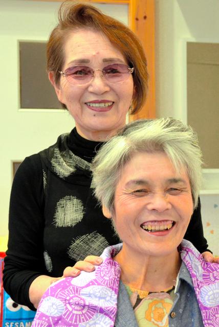 スタッフへのヘアメイクを終え、一緒に笑みをこぼす福永李枝さん(後方)=各務原市鵜沼各務原町9丁目