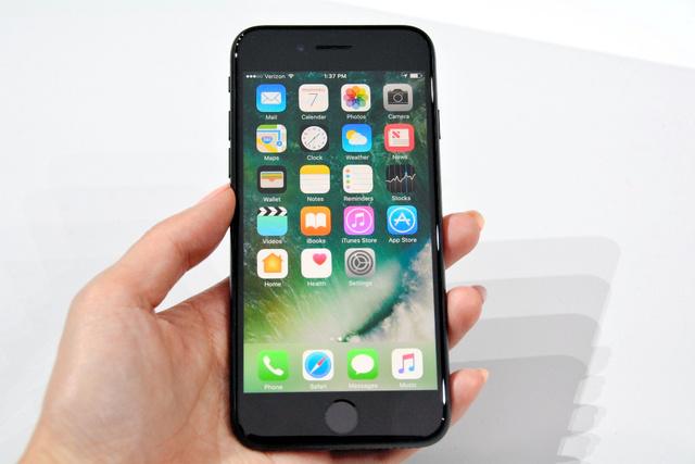 二つの黒色が加わった「iPhone7」=サンフランシスコ、宮地ゆう撮影