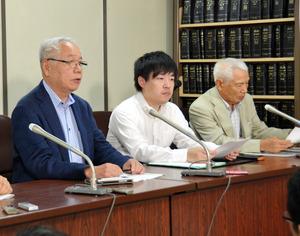 和解成立後に会見した原告の株主(右端)と弁護団=東京・霞が関