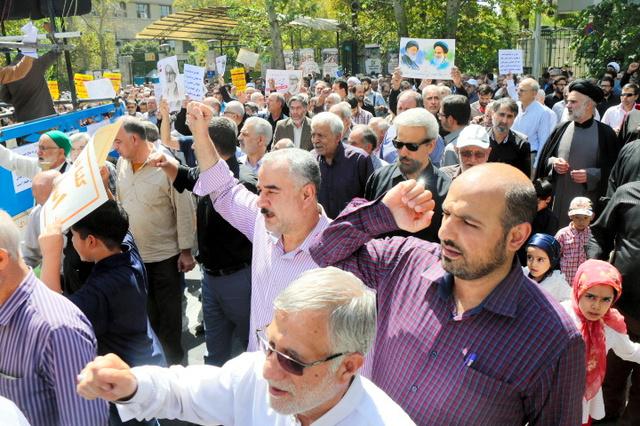テヘランで9日、デモの参加者らが「サウジを倒せ」と繰り返した=神田大介撮影