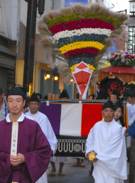 采女(うねめ)祭で奉納される花扇=采女祭保存会提供