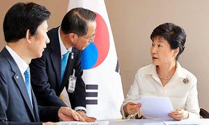 ラオスのビエンチャンで9日、北朝鮮の核実験を受けて尹炳世外相(左)らと協議する韓国の朴槿恵大統領(右)。韓国大統領府が公開した=AFP時事