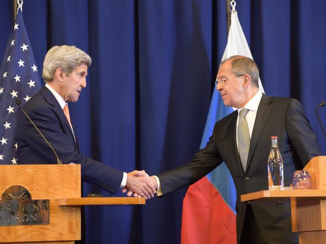 シリア内戦の停戦再開を発表した米国のケリー国務長官(左)とロシアのラブロフ外相=10日未明、スイス・ジュネーブ市内、松尾一郎撮影