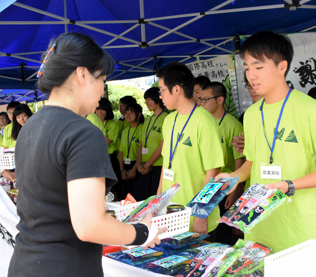 福島や熊本の産品を販売する山村国際、双葉両高の生徒たち=坂戸市千代田1丁目