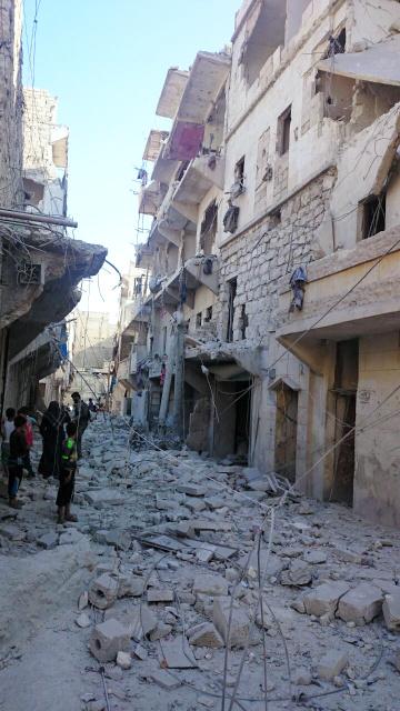 反体制派が掌握するアレッポ東部にあるマナル・アフマドさんの自宅周辺。8月11日、激しい空爆を受けた=アフマドさん撮影