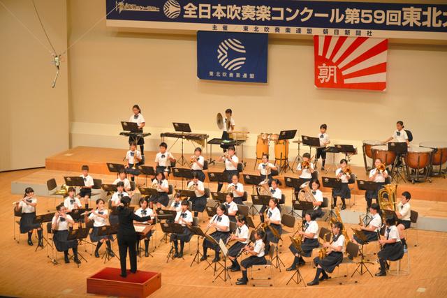 演奏する米沢市立東部小=福島県郡山市の市民文化センター