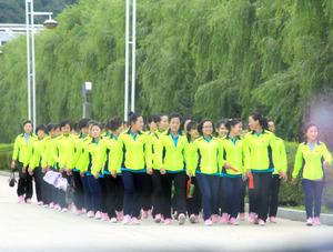 北朝鮮の核実験から一夜明けた10日、中朝国境に近い中国吉林省延辺朝鮮族自治州にある工業団地では、昼食を終えた北朝鮮の女性労働者たちが談笑しながら工場に向かっていった=10日、平賀拓哉撮影
