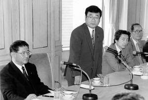 山崎拓氏(左)、加藤紘一氏(中央)、小泉純一郎氏(右から2人目)の「YKK」。派閥横断の中堅・若手議員を集めた勉強会をつくるなど連携した=1995年8月31日