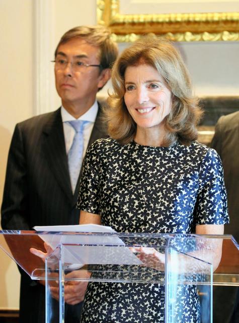 TPP各国大使意見交換会であいさつする米国のケネディ駐日大使(左は石原伸晃TPP担当相)=12日午前、東京都港区の米国大使公邸、代表撮影