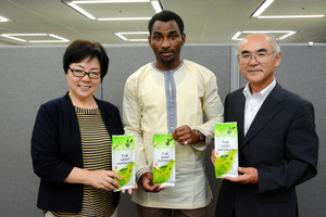 さしま茶のニジェール輸出に取り組む(左から)福田英子さん、商社社長のイロ・カザ・イブラヒムさん、石山嘉之さんら=県庁
