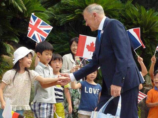 昼食会の参加者を出迎える神戸市立こうべ小学校の児童=同市中央区の相楽園