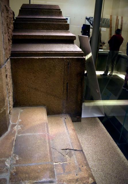 石段の中央が黒い「人影の石」。被爆71年を経て薄くなってきた=広島市中区の広島平和記念資料館、岡本玄撮影