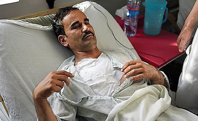 アクタル・モハマドさんは病院で痛みに顔をゆがめながら「実行犯は教室の窓際の学生に向けて銃を撃った」と語った