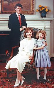 ビル・クリントンが州知事を務めていた1985年のクリントン家=クリントン大統領記念図書館提供