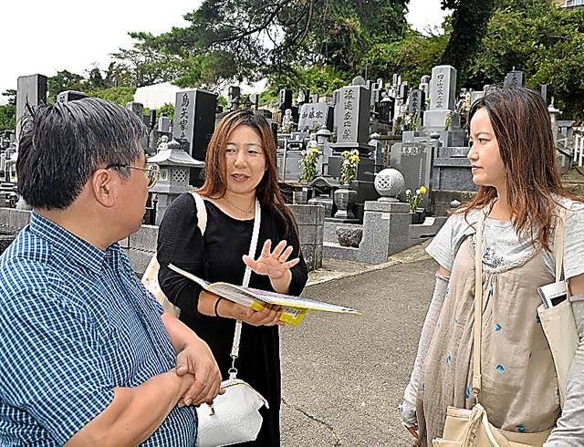 見学者に送迎バスの被災について説明する西城江津子さん(中央)と佐藤美香さん(右)