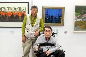 「二人三脚展」を開いた佐藤恒夫さん(左)、伸夫さん兄弟=支援者提供