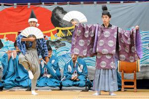 特設舞台で綾子舞の狂言「唐猫」を演じる高校生ら=柏崎市女谷