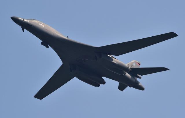 13日、ソウル近郊・平沢(ピョンテク)にある在韓米軍烏山(オサン)空軍基地付近を飛行する米軍の戦略爆撃機B1B=AFP時事