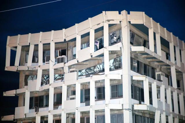 崩壊しつつある5階建ての宇土市役所の5階と4階部分=4月16日午前5時11分、熊本県宇土市、金子淳撮影