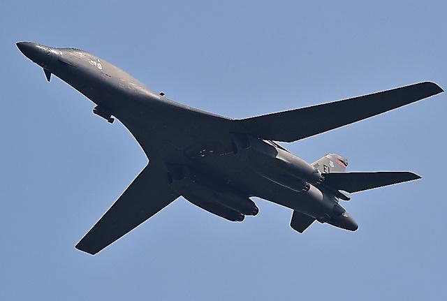 13日、ソウル近郊・平沢(ピョンテク)にある在韓米軍烏山(オサン)空軍基地付近を飛行する戦略爆撃機B1B=AFP時事