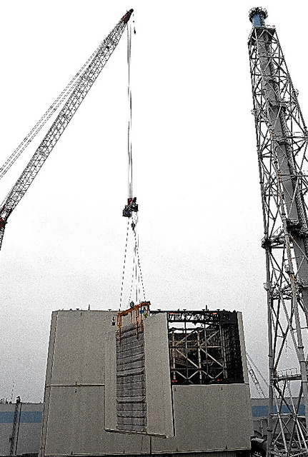 カバーの壁部分の取り外しが始まった1号機の原子炉建屋=13日午前6時22分、福島県大熊町の東京電力福島第一原発、代表撮影
