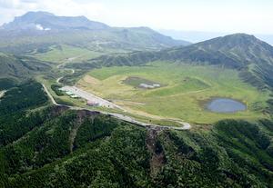 16日に通行止めになった登山道が再開する草千里ケ浜。左奥は白い噴煙をあげる阿蘇中岳=11日、熊本県阿蘇市、朝日新聞社ヘリから、長沢幹城撮影