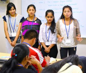 被災時の体験を語るネパールの高校生ら=松山市文京町
