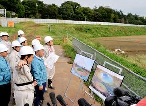 更地となっている新国立競技場の建設予定地を視察する松野博一文科相(右から2人目)=14日午後、東京都新宿区、仙波理撮影