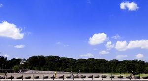 「一流の外交官になる」。かつて幣原が青雲の志を抱いて見上げたのと同じ青空の下、ランナーや自転車に乗った人たちが行き交う=東京都千代田区