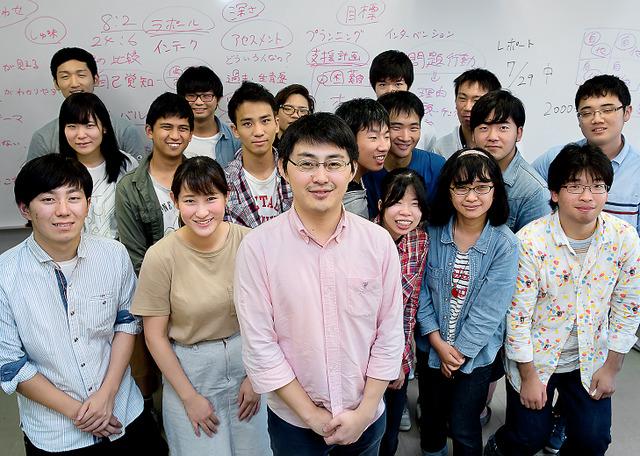 聖学院大人間福祉学部で教える。学生に「ストレス解消法は?」と聞かれ、「温泉と城めぐりと友達と酒をのむこと」=埼玉県上尾市