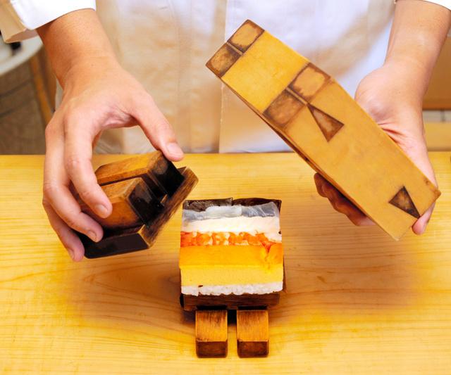 「箱寿司」は独特の木型で仕上げられる=大阪市中央区