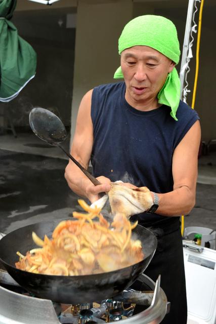 自治会長を務める県営屋敷前アパートの夏祭りで料理を作る田中栄さん=大槌町大槌