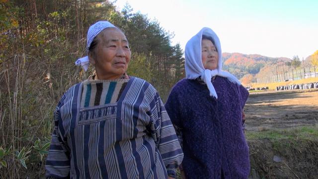 映画「飯舘村の母ちゃんたち 土とともに」より=古居さん提供