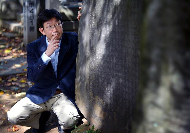 名は体を表すような名字は石川県小松市に由来する。「円満寺の土地に住む人が明治になって、寺を字に変えて名のったそうです」=東京都台東区の谷中霊園、郭允撮影
