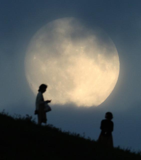 15日は「中秋の名月」。札幌市東区のモエレ沼公園では雲の切れ間から、一瞬だけ月が顔を見せた=15日午後5時43分、山本裕之撮影