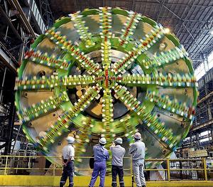 東京外環道の建設に使われる直径16・1メートルのシールドマシン=15日午後、横浜市磯子区のIHI横浜工場、林敏行撮影