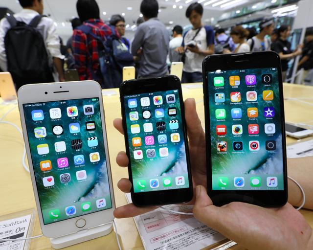販売が始まった「iPhone7」(中央)や「iPhone7Plus」=16日午前、東京都渋谷区、林敏行撮影