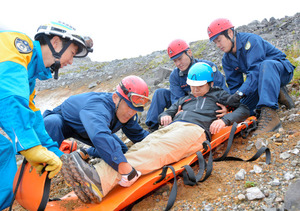 那須岳であった県警の山岳訓練。火口近くで要救助者を搬送する訓練を行った
