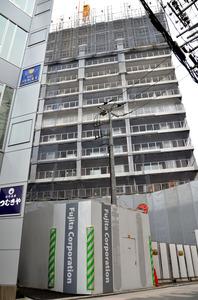 JR浦和駅北口から徒歩3分の立地で建設中の新築分譲マンション(三菱地所レジデンス)。全146戸がすでに完売したという=さいたま市浦和区仲町1丁目