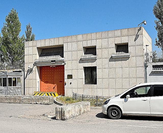 事件があった中国大使館の門。車侵入防止装置の手前にもコンクリートブロックが置かれていた