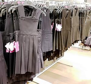 英国のデパートに並ぶ小学生サイズの制服スカート。細かなデザイン指定のない学校ならこの中から選べる。価格は1着10~17ポンド(1340~2280円)=7月、ロンドン