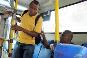 視覚障害者の通勤に付き添うと… パラ開催中のリオ