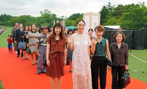 なら国際映画祭の初日、レッドカーペットを市民と歩く河瀬直美さん(最前列左から2人目)=17日午後5時13分、奈良市、伊藤恵里奈撮影