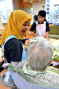 「あ~ん」と食事を手伝う介護福祉士候補者
