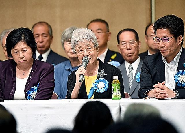 横田めぐみさんの母・早紀江さん(中央)は拉致問題の早期解決を訴えた。右はめぐみさんの弟の拓也さん、左は拉致被害者の曽我ひとみさん=17日午後、東京都千代田区、角野貴之撮影