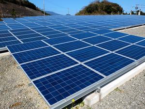 福岡県大川市の太陽光発電事業者が設置した太陽光パネル=佐賀県多久市