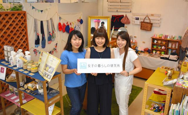 福島市のチェンバおおまちにある店。中央が日塔マキさん=福島市大町