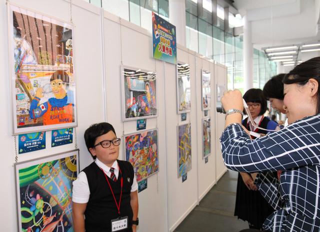 表彰式の会場には絵画や作文の受賞作品が展示された=東京・お台場の日本科学未来館
